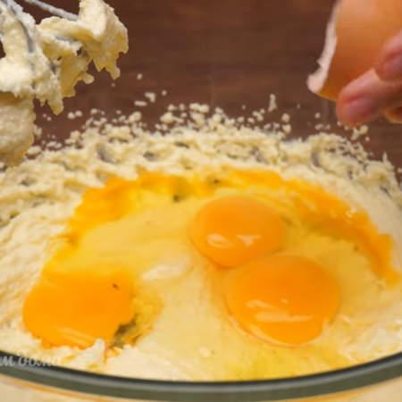 К масляной смеси добавляем 3 яйца.