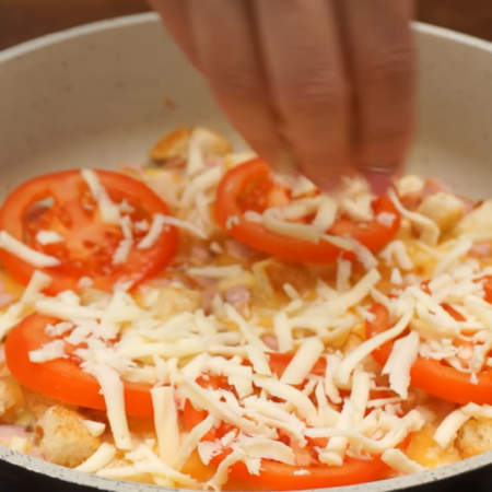 Все посыпаем натертым сыром.