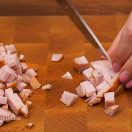 100 г колбасы тоже нарезаем кубиками.  Я взяла ветчину, но можно брать абсолютно любую колбасу, которая есть у вас в холодильнике.