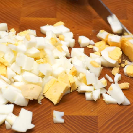 3 вареных яйца нарезаем кубиками.