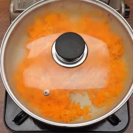 Сковороду накрываем крышкой и тушим овощи на очень маленьком огне до мягкости морковки, примерно 3-4 минуты.