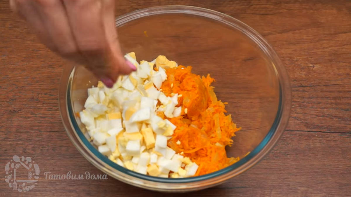 В миску кладем остывшие пассерованные овощи и нарезанные яйца.  Все еще немного солим, перчим и перемешиваем.  Начинка готова.