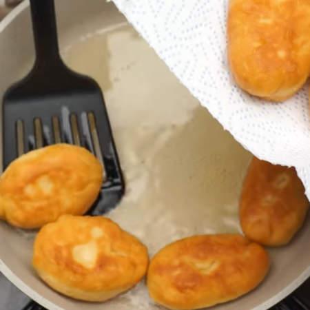 Готовые пирожки снимаем на бумажное полотенце, чтобы стек лишний жир.