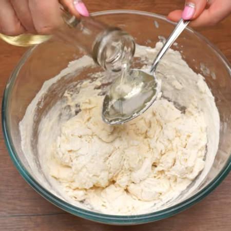В конце замеса наливаем 2 ст.л. растительного масла и окончательно вымешиваем тесто.