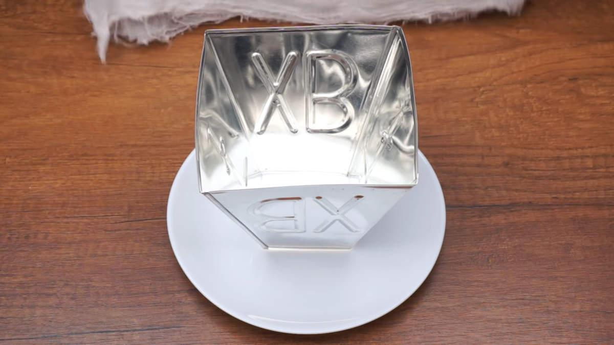 Пасху будем складывать  вот в такой специальной форме для творожной пасхи. Она может быть металлической, как у меня, деревянной или пластиковой. Высота моей формы и длина ребер у основания по 12.5 см