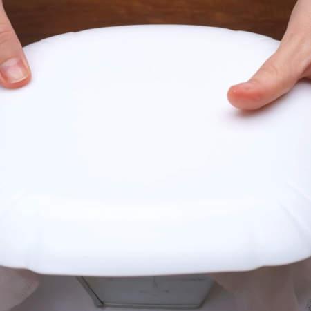 Моя пасха простояла ночь, вся лишняя жидкость стекла. Снимаем груз, тарелку и переставляем на сухую тарелку. Разворачиваем сверху марлю. На пасху кладем тарелку, на которой будем подавать ее на стол.