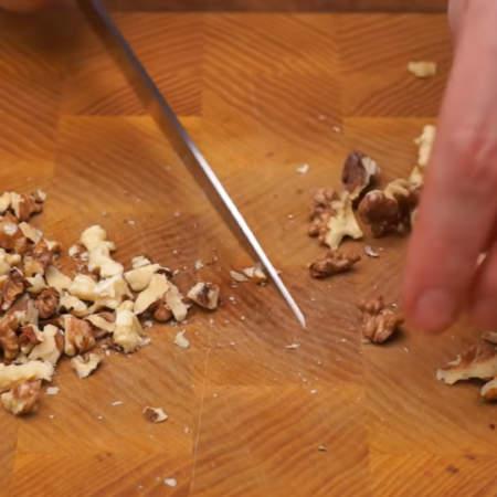 Подготовленные орехи измельчаем ножом.