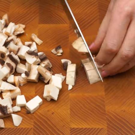 Сначала подготовим ингредиенты. 300 г шампиньонов нарезаем небольшими кубиками.