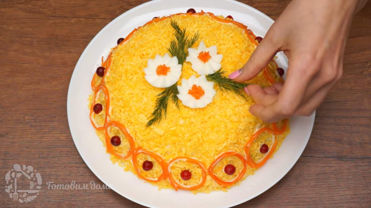 Возле цветков кладем листики из укропа. Салат готов, можно подавать на стол.