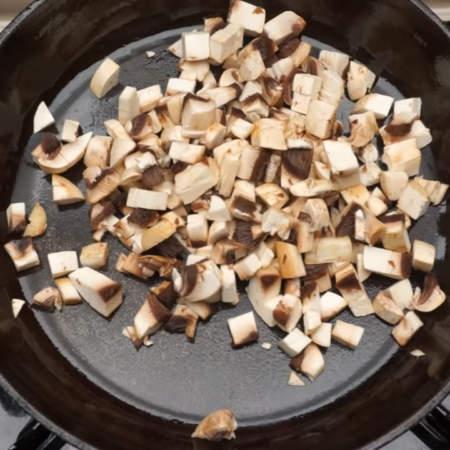 Нарезанные грибы кладем на разогретую сковороду.