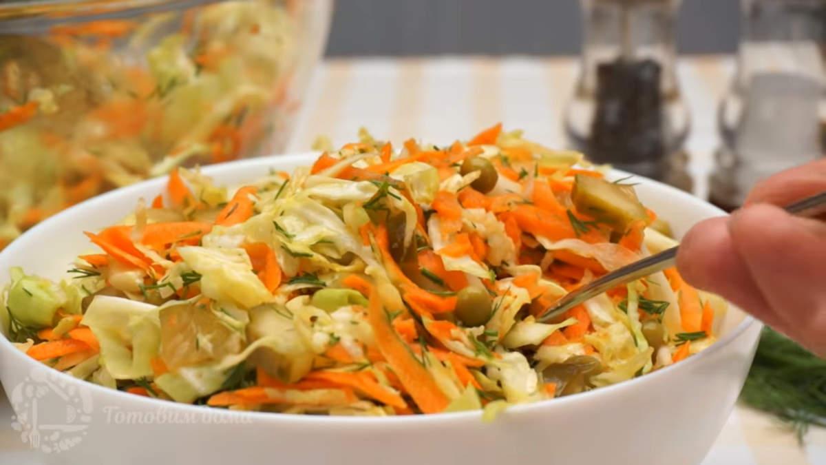 Салат с капустой, огурцами и горошком получился очень вкусным  и легким. Готовится он быстро и несложно. Обязательно его приготовьте.