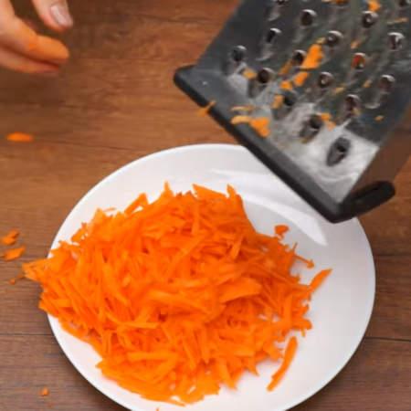 2 свежие очищенные моркови, общим весом около 200 г трем на крупной терке.