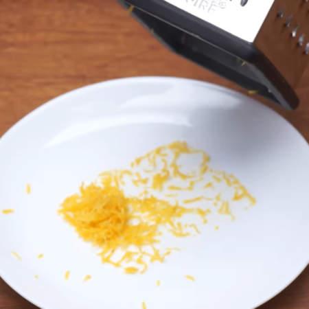 Один лимон хорошо моем и снимаем с него цедру с помощью мелкой терки. Снимать нужно только желтую часть.