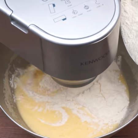 В тесто добавляем примерно 600 г муки. Хорошо вымешиваем тесто. Если вымешивать тесто миксером, то уходит примерно 5 минут. У миксера обязательно замените насадки с венчиков на крюк.