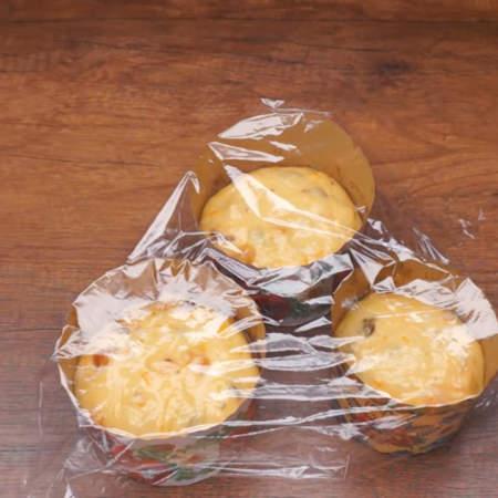 Сверху куличи смазываем подсолнечным маслом. Накрываем куличи пищевой пленкой, чтобы не подсыхали сверху. Оставляем тесто на 20 минут в теплом месте для расстойки.