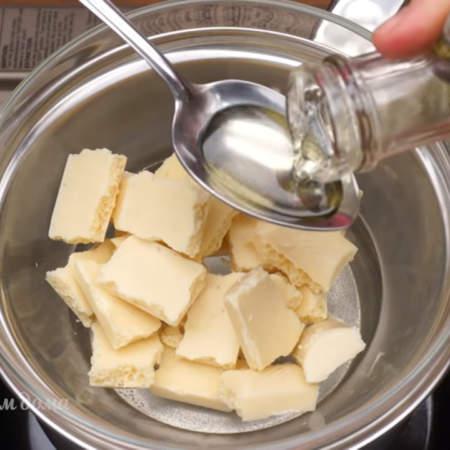К шоколаду добавляем 1 ст.л. рафинированного подсолнечного масла. Так как шоколад бывает разный, то может понадобится и больше подсолнечного масла. Вы увидите по консистенции глазури, если она  густая, то добавьте еще половину ст.л. масла.