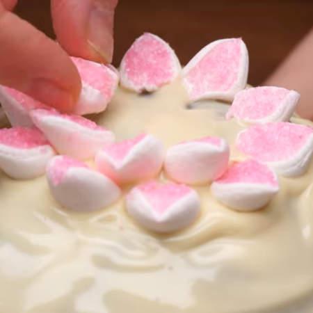 Пока глазурь не застыла украшаем кулич. Я выкладываю подготовленные кусочки из маршмеллоу в виде цветка.