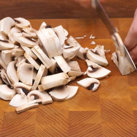 300 г помытых шампиньонов нарезаем пластинками.