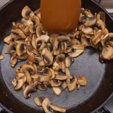 На раскаленную сковороду кладем подготовленные грибы. Жарим на большом огне до испарения всей жидкости.