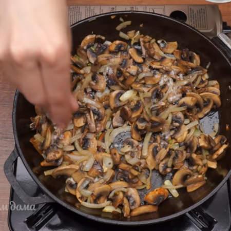 Обжариваем на среднем огне до готовности лука. Все солим и перчим по вкусу.