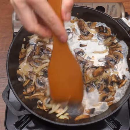 Наливаем 100 мл сливок жирностью 10-15 %.