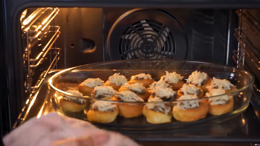 Подготовленные пудинги переставляем в форму для запекания. Все ставим в духовку разогретую до 180 град. Запекаем примерно 5 минут, пока не расплавится сыр. Также сыр можно расплавить в микроволновке.