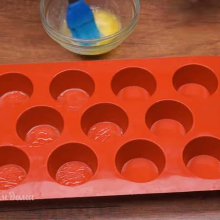 Тесто настоялось. Подготавливаем формочки для выпечки. Растопленным сливочным маслом обильно смазываем все формочки. У меня диаметр формочек 4 см.