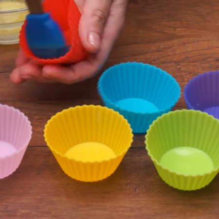 Этих формочек мне будет не достаточно и подготавливаю еще одинарные силиконовые формочки для кексов.