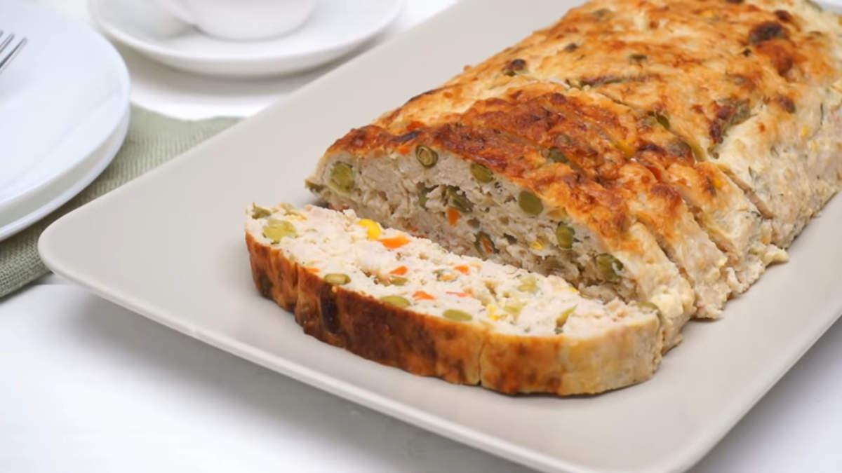 Мясной рулет с овощами получился очень вкусным и нежным. Его можно приготовить как на праздничный стол, так и на каждый день. Готовится он несложно и с его приготовлением сможет справится каждый. Также такой рулет можно приготовить заранее, плотно замотать в пищевую пленку и заморозить. Этим вы сэкономите время приготовления на Праздничный стол.