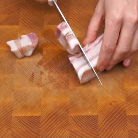 Пока хлеб размокает приготовим фарш. 100 г свиного сала нарезаем более мелкими кусками.