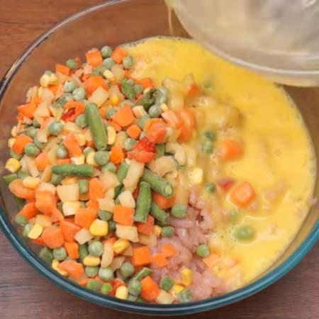 В миску к перекрученному мясу добавляем 400 г замороженной овощной смеси. Размораживать её не нужно.