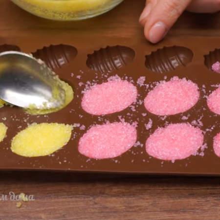 В формочки выкладываем подготовленный сахар и утрамбовываем его ложкой. Если таких формочек нет, то можно использовать и другие подходящие формочки.