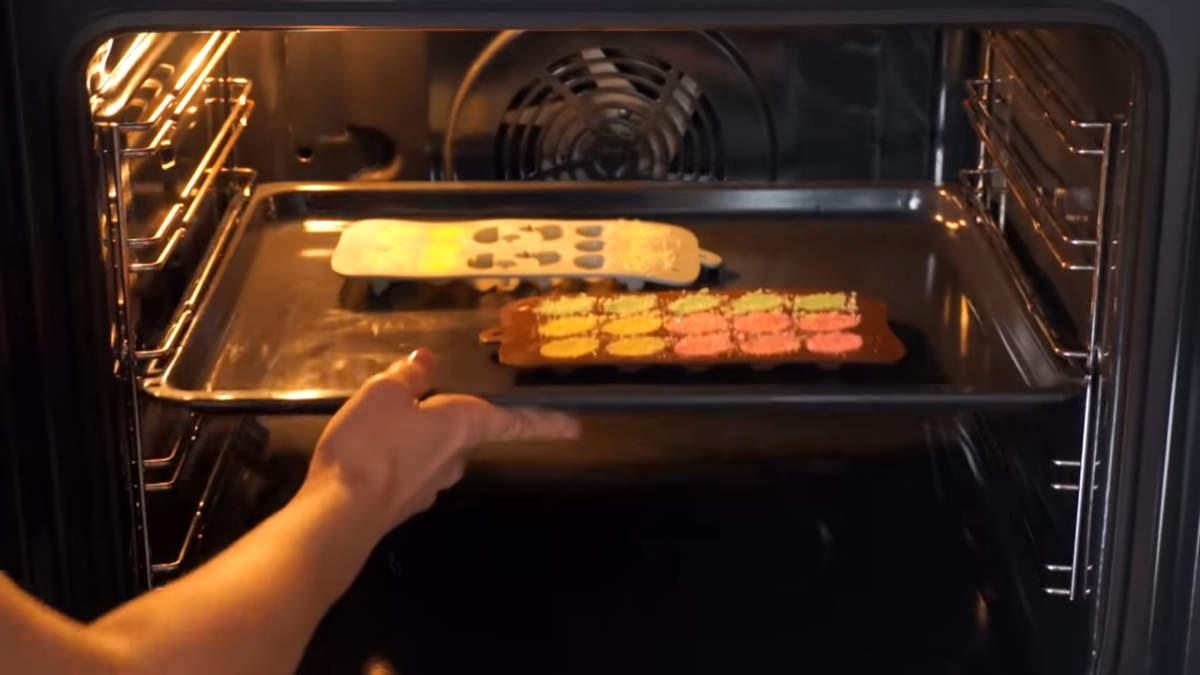 Сахарные фигурки ставим в духовку нагретую до 100 град. Сушим маленькие фигурки, такие как у меня около 10 минут. Если фигурки крупнее, то сушить нужно, соответственно, дольше.
