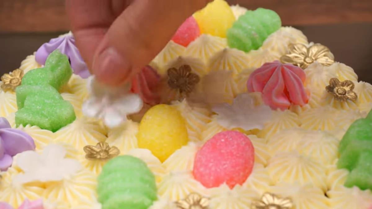 Также такой торт можно украсить и по своему желанию, например разными конфетами или маленьким печеньем.
