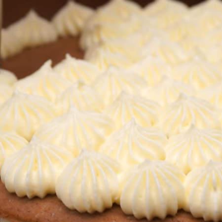 Накрываем третьим коржом. На него тоже сверху наносим крем. Торт ставим в холодильник и займемся приготовлением украшения для торта.