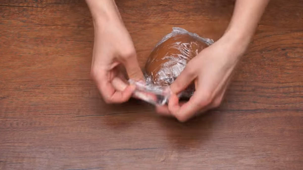 Готовое тесто собираем в комок и заворачиваем в пищевую пленку. Оставляем его отдохнуть на 2 часа в холодильнике.