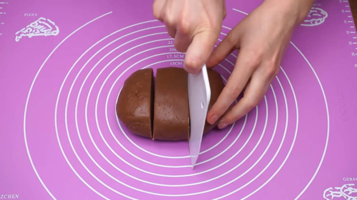 Спустя 2 часа тесто достаем из холодильника и разделяем его на 3 примерно одинаковые части.