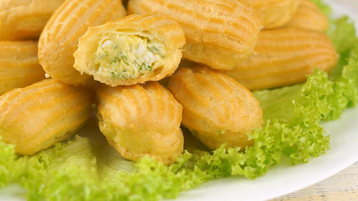 Закусочные эклеры с сырной начинкой получились аппетитными и очень вкусными. Они неизменно пользуются популярностью на праздничном столе.  Обязательно их приготовьте! Это просто и изысканно.