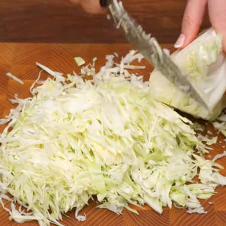 Сначала подготовим все ингредиенты. Мелко шинкуем пол килограмма белокочанной капусты.