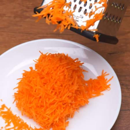 Одну морковь трем на мелкой терке.