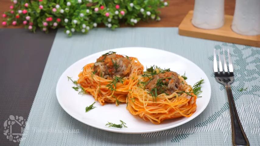 Гнезда с фаршем на сковороде получились очень вкусными и сытными. Они очень легко готовятся и выручат, когда некогда долго готовить. Обязательно их приготовьте, это очень вкусно и просто.