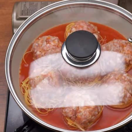 Сковороду накрываем крышкой и ставим на огонь. Когда жидкость в сковороде закипит, уменьшаем огонь до минимума.  Готовим макароны на маленьком огне примерно 25-30 минут. Если вдруг вода выкипела, а макароны еще не готовы, то добавьте еще немного кипятка.