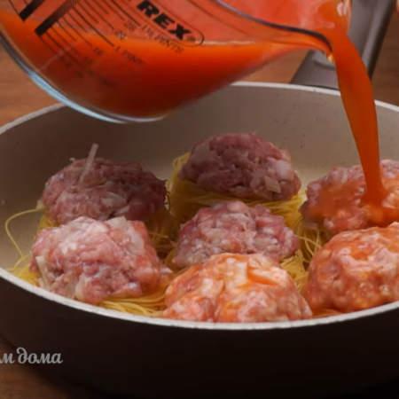 Этой смесью заливаем макароны в сковороде. Если нет томатной пасты, то можно обойтись и без нее, залив макароны подсоленной водой, но с томатной пастой вкуснее.