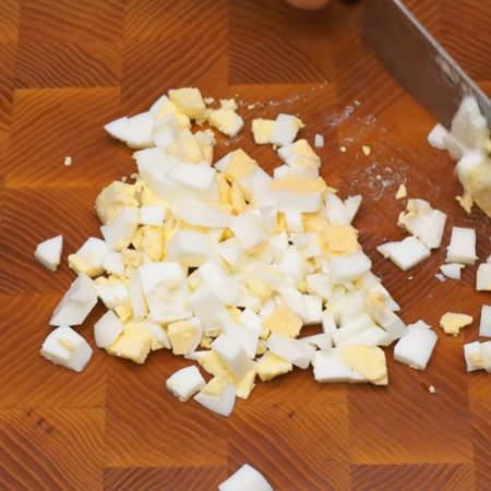 Сначала приготовим начинку. 2 вареных яйца нарезаем кубиками.