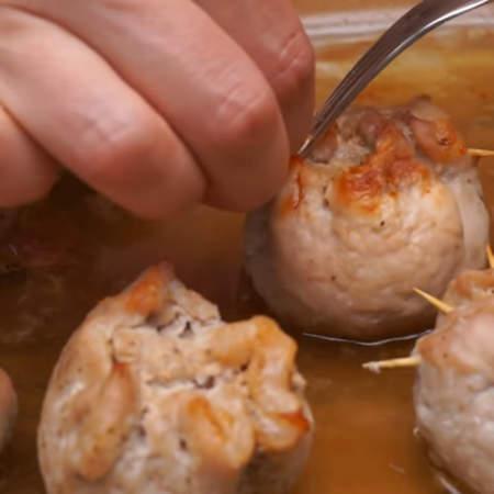 Когда мясные мешочки приготовились, достаем их из духовки. С горячих мешочков вынимаем шпажки.