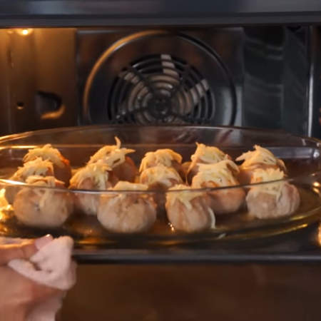 Опять все ставим в духовку, примерно на 3 минуты, чтобы расплавился сыр.