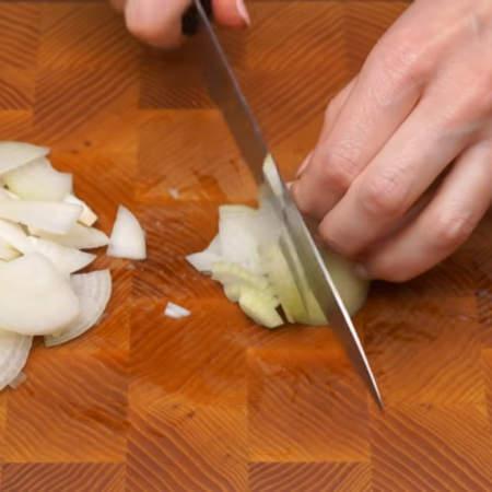 1 луковицу нарезаем четверть кольцами.