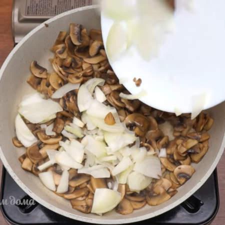 Жарим на большом огне до испарения всей жидкости. Вся жидкость испарилась, в сковороду наливаем немного растительного масла и кладем нарезанный лук.