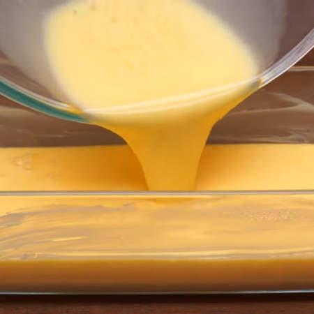 Приготовленную яично-молочную смесь переливаем в форму для выпечки.