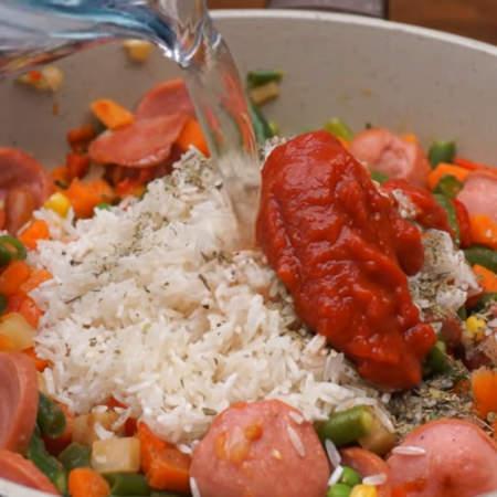 Все солим примерно 1 ч.л. соли, по желанию добавляем 1 ч.л. итальянских трав и добавляем 1 ст. л. томатной пасты.
